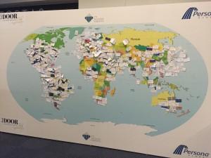 世界地図に名刺張り